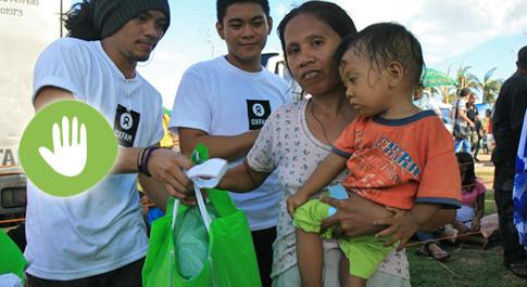 Dolor Moralde (36) receiving a hygiene kit from Oxfam