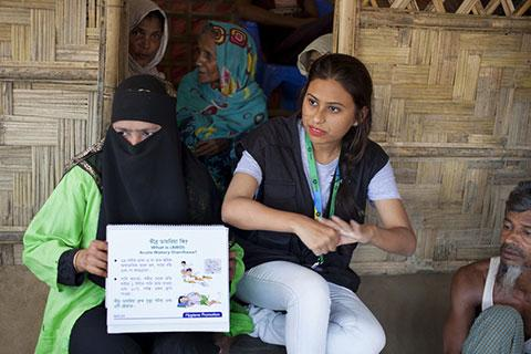 Oxfam aid worker trains Rohingya refugees about hygiene